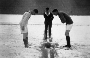 Arsenal 3-2 United, 16 Jan 1926 The referee tosses a coin to decide who will kick off in this pre-war clash between United and Arsenal at Highbury.